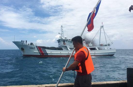 中国海警船拦截欲登黄岩岛菲船