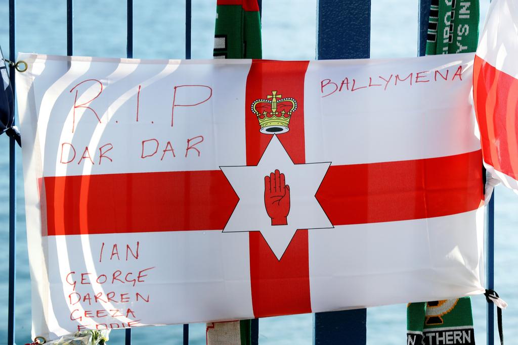 生命高于一切!民众自发悼念坠亡北爱球迷