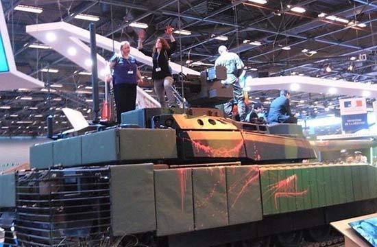 世界最贵坦克被抗议者泼油漆