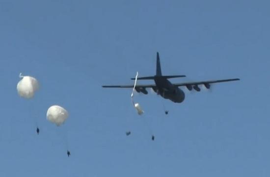 北约军演伞兵降落伞没打开