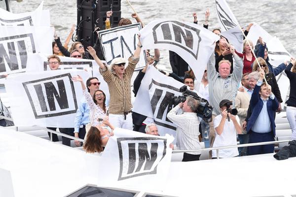 脱欧或留欧?英国两派民众乘船游泰晤士河造势