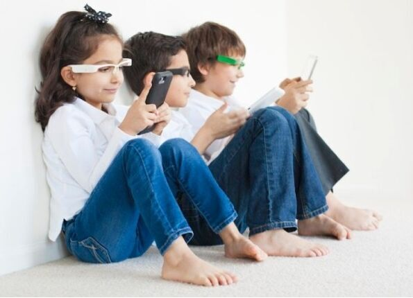 视力越来越差?智能眼镜帮你矫正玩手机时的坐姿