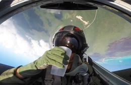 飞行员在战斗机翻转时喝水一滴未洒