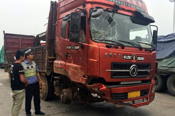 大货车没了两前轮跑得欢 高速交警紧急叫停