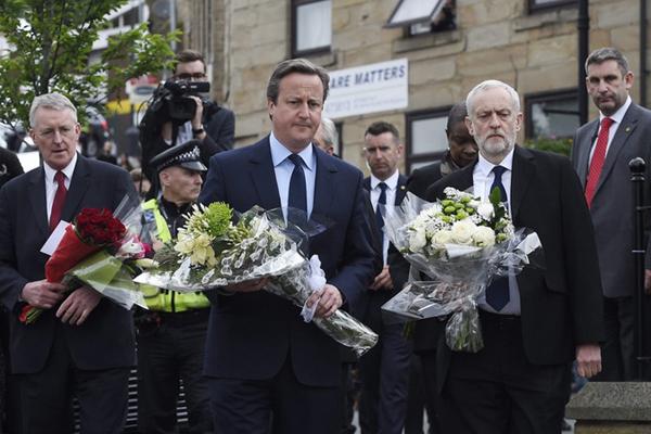 英国首相卡梅伦赴枪击现场悼念遇袭议员