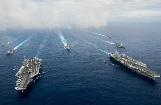 美军组成双航母编队展示武力