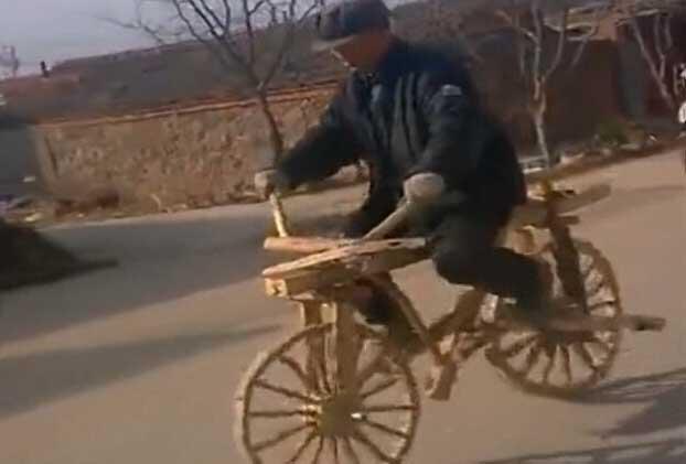 六级木匠自制木头自行车上路