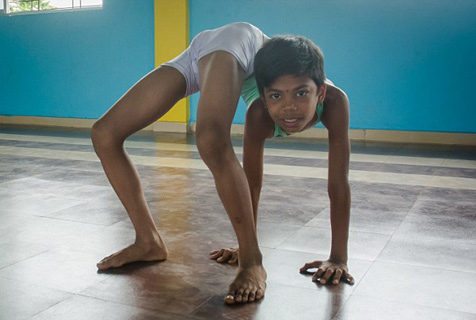 如蛇般灵活!印度男孩身体高度柔软震惊网友