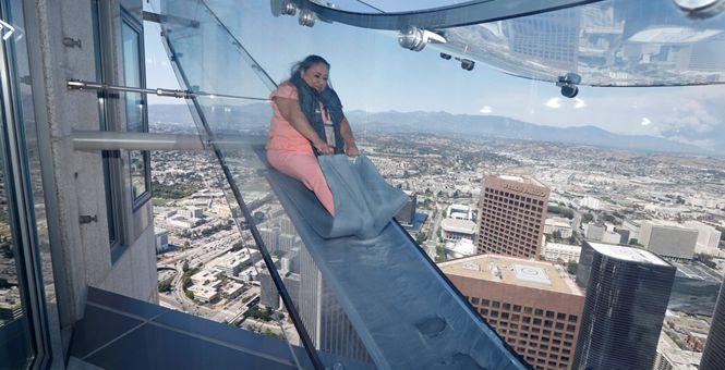 洛杉矶摩天大楼外安装玻璃滑梯 离地面305米高