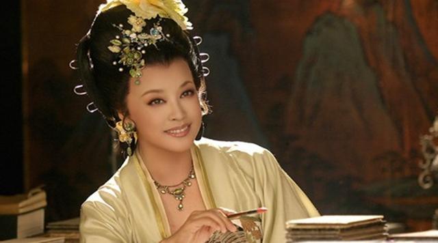 刘晓庆赶车无人让座 网友:女神太年轻