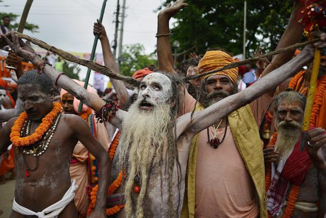 印度迎迦梨女神节 苦行僧奇装异服跳舞庆祝