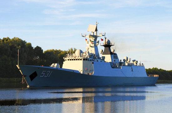 中国战舰穿越基尔运河风景如画