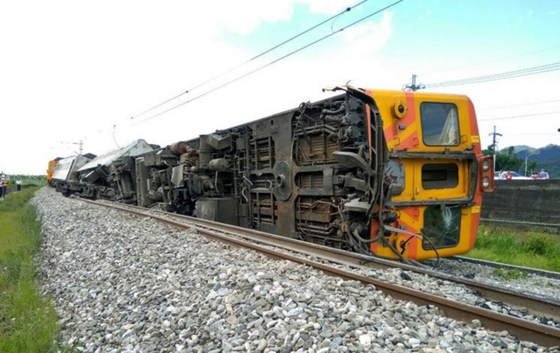 台湾一列火车在花莲县出轨翻覆 多名旅客受伤