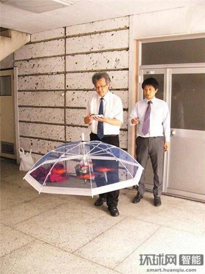 岛国人又开脑洞:研发无人机伞可跟在主人头上飞