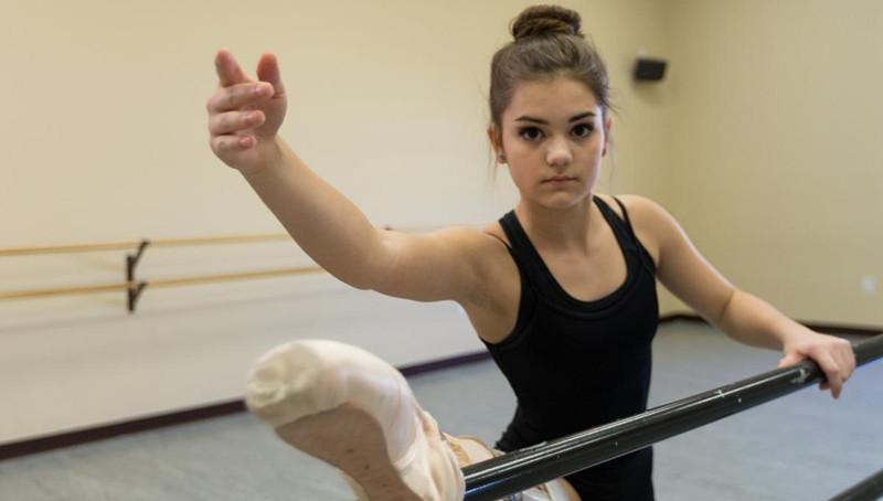 美国女生换义肢跳芭蕾诠释永不言弃 感动师生