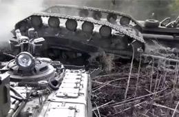 油门踩大了 乌克兰士兵把坦克开翻