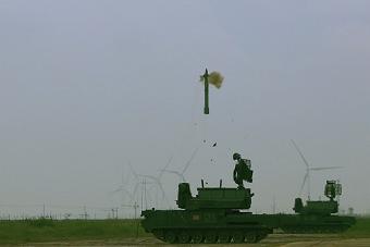 国产道尔防空导弹亮相实弹射击