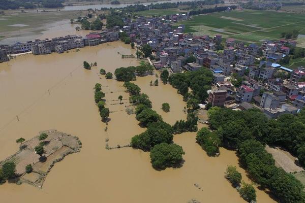 航拍鄱阳被洪水围困的村庄