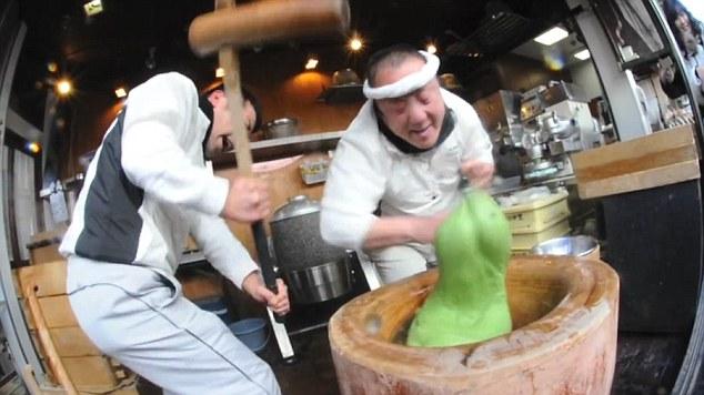 日本厨师用空手道手法打年糕 快如闪电
