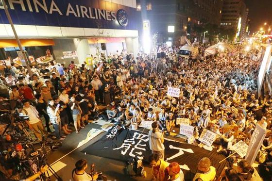 台湾航空史上首次大罢工 空服员彻夜抗争