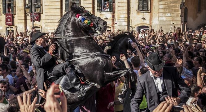 西班牙迎接圣若翰洗者诞辰 数千民众围马匹游行狂欢