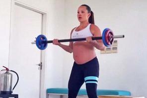 巴西健美女教练孕期坚持举重锻炼 称能缓解晨吐