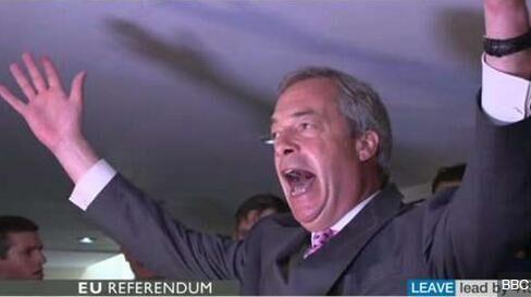英国独立党领袖法拉奇提前庆祝脱欧胜利 要求卡梅伦辞职