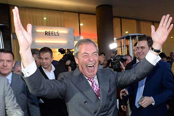 英国公投脱欧暂时领先 独立党领袖举手庆祝
