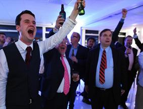 媒体称英国退欧成定局 脱欧支持者大肆欢庆