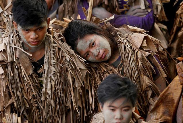 """菲律宾人面涂泥浆身裹香蕉叶庆祝""""泥人节"""""""