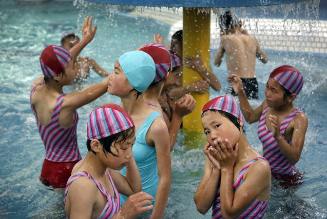 朝鲜夏日日常生活 儿童在夏令营里享受清凉