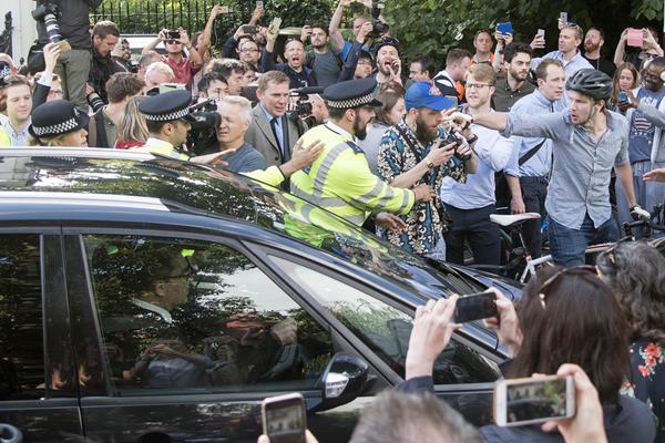 极端愤怒者在前伦敦市长家门前示威