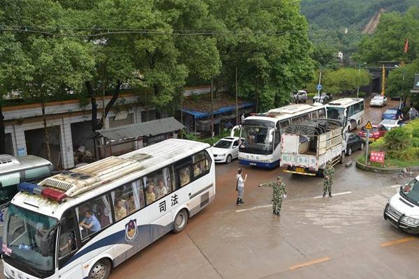 重庆暴雨致监狱外墙倒塌 紧急转移上千名罪犯