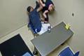 审讯室内,男子从警察身上夺枪瞬间
