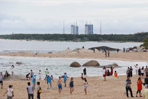 长征七号首飞进入倒计时 民众在海滨翘首以盼