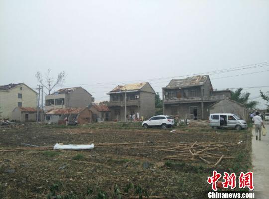 江苏阜宁灾区见闻:整座村庄几乎都没了屋顶