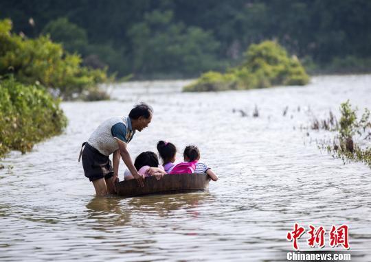 江西都昌部分乡村公路被淹 村民用木桶推孙女上学