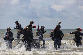 海军陆战队进行登陆战斗演练