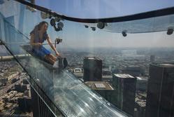 洛杉矶摩天楼距地305米建玻璃滑梯