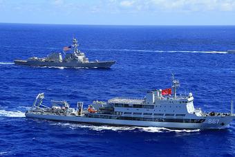 环太军演中美舰艇运动训练 挂巨幅国旗