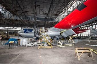 唯一可以飞行的C-97正在维护