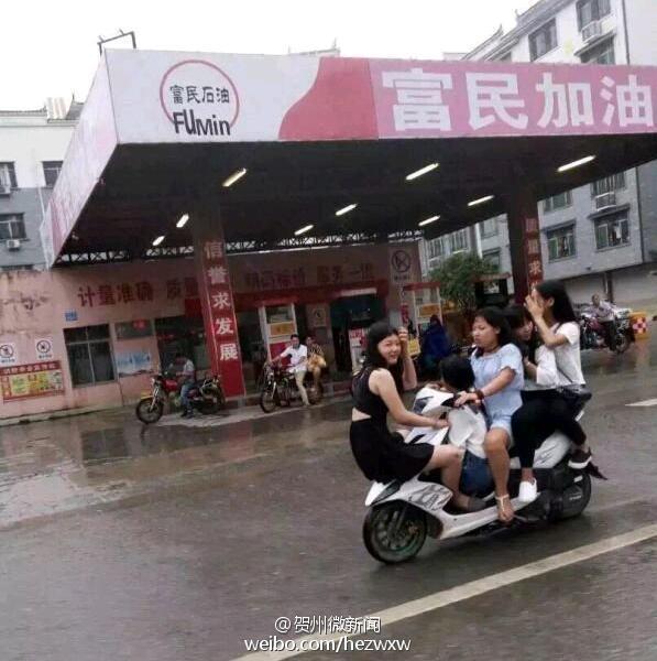 这是杂技?广西5女孩共骑一辆摩托车