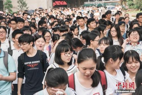 31省份高考成绩全公布 多地高考分数线大幅下降