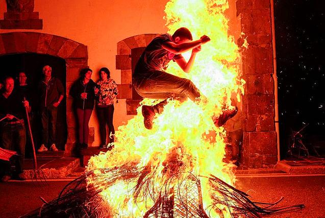 """图片一周精选 西班牙狂欢者穿越""""火海"""""""