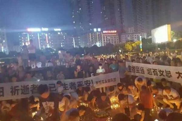 市民自发悼念湖南大巴起火遇难者
