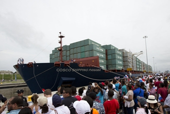 巴拿马运河开通首航 中国货轮首先通过