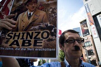 日本民众示威 安倍遭恶搞变希特勒