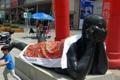 长春街头现裸女雕塑 市民为其400元盖花被
