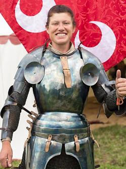 英女子打破传统与男子马背上长矛比武