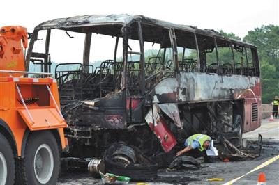 客车撞护栏起火湖南35游客遇难